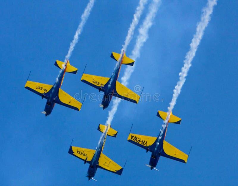 Avions bleus dans le ciel images stock
