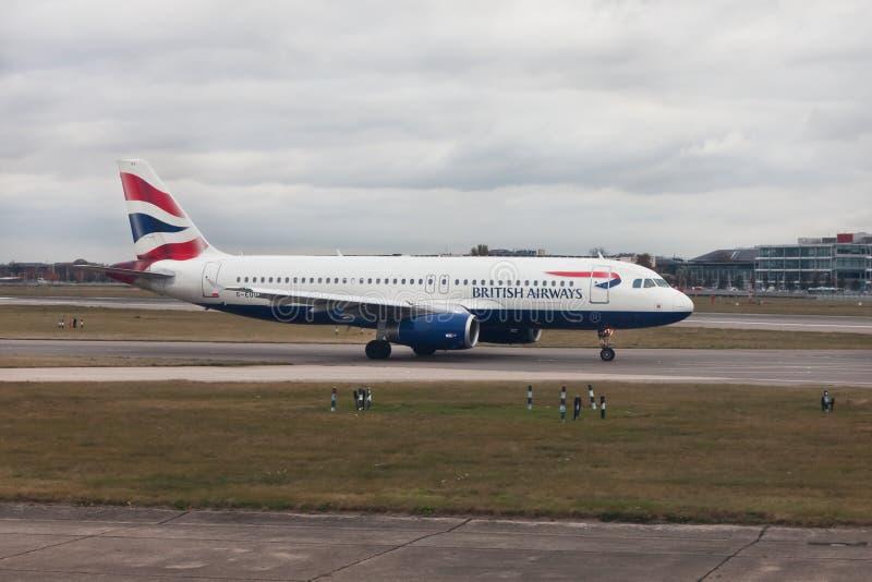 Avions British Airways à l'aéroport de Heathrow, Londres photos libres de droits
