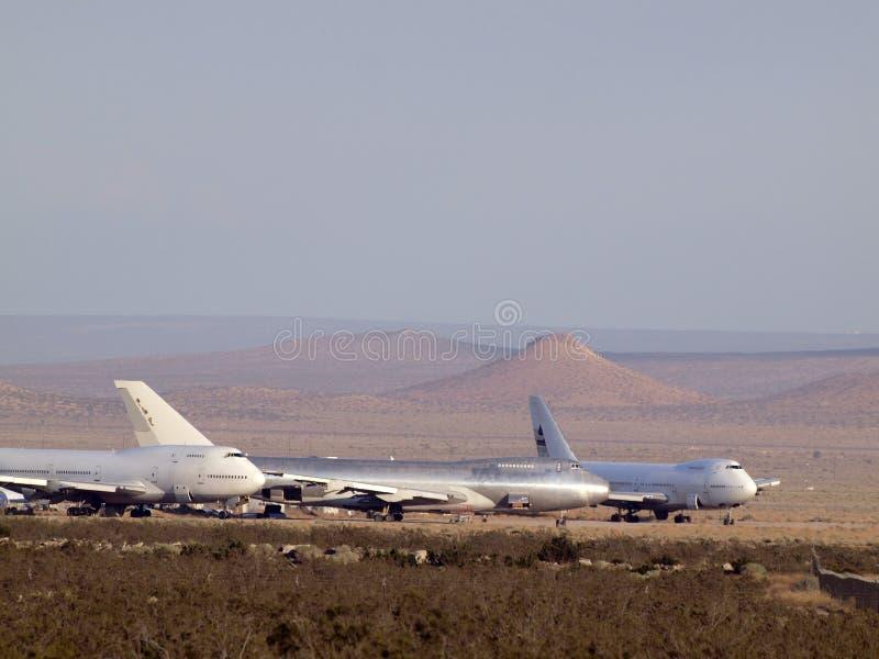 Avions commerciaux d'avions de ligne garés dans le désert photographie stock libre de droits