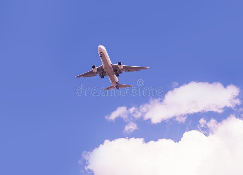 Avions décollant ou débarquant image libre de droits