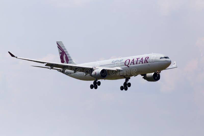Avions d'A7-AEH Qatar Airways Airbus A330-300 sur le fond de ciel nuageux photos stock