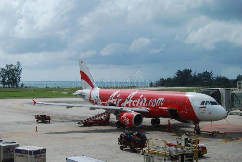 Avions d'Air Asia sur l'aéroport de Phuket, Thaïlande photos stock