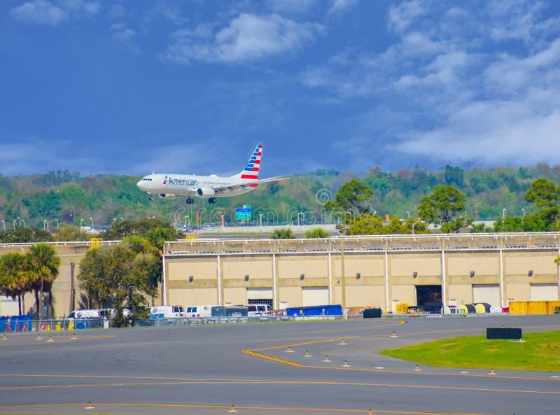 Avions d'American Airlines aa préparant pour débarquer chez Orlando International Airport MCO 2 images stock