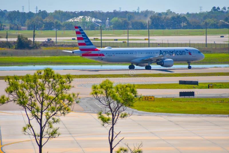 Avions d'American Airlines sur la piste se préparant au départ à Orlando International Airport MCO 2 images libres de droits