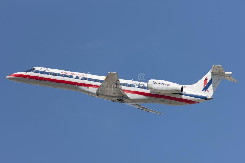 Avions d'Eagle Airlines American Airlines Embraer ERJ-140 d'Américain décollant de l'aéroport international de Los Angeles image stock