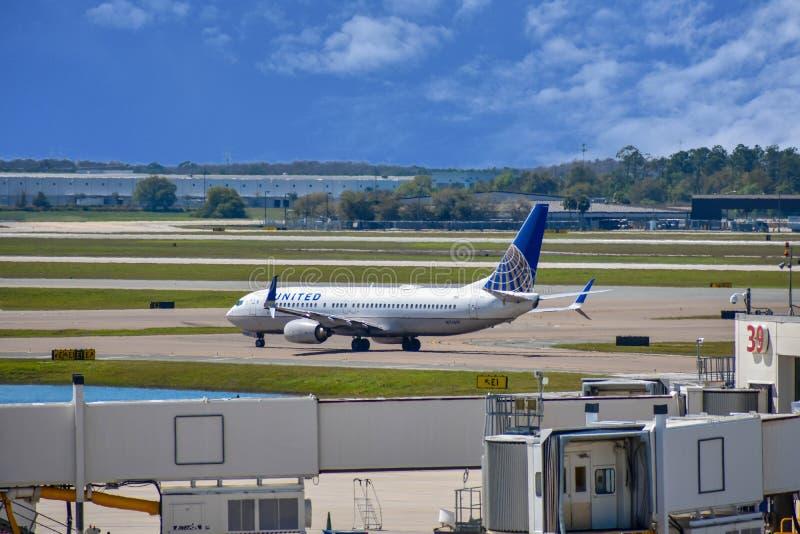 Avions d'United Airlines sur la piste se préparant au départ à Orlando International Airport MCO 4 images libres de droits