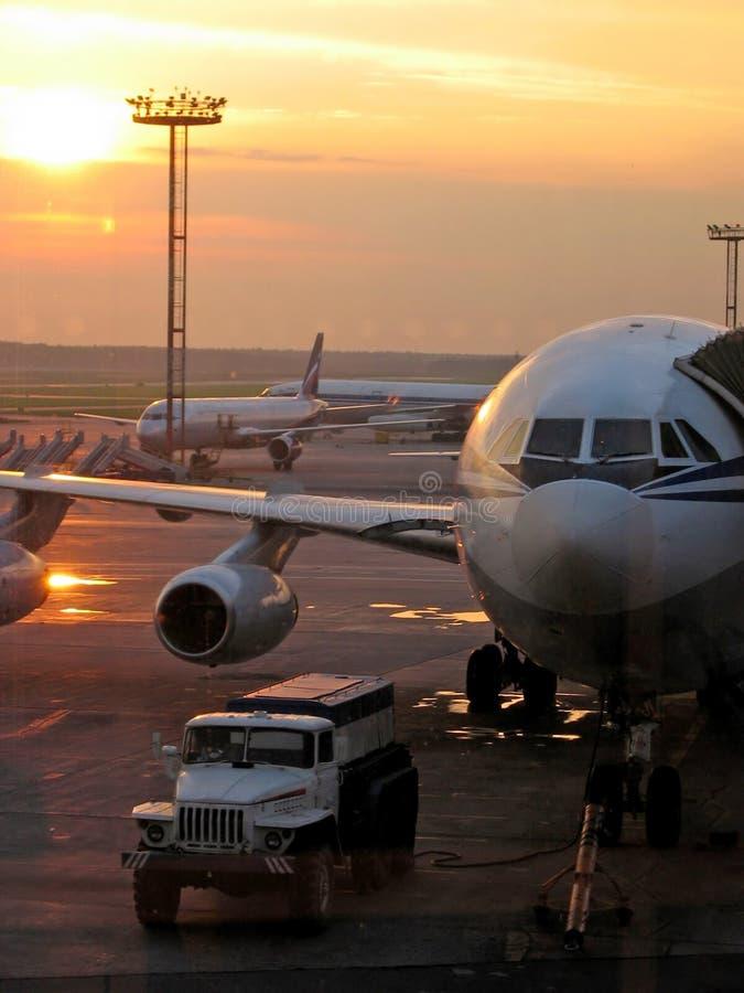Avions dans l'aéroport photo stock