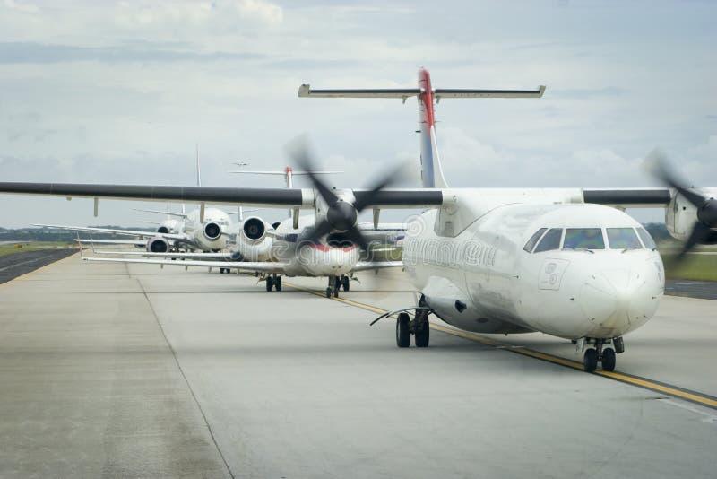 Avions dans la ligne au décollage photos stock
