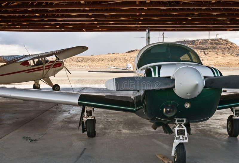 Avions dans le hangar image stock