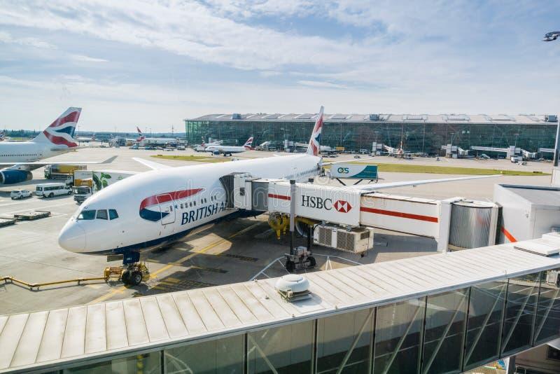 Avions de British Airways se préparant à l'embarquement images libres de droits