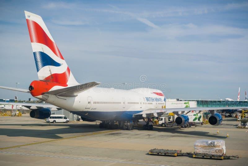 Avions de British Airways se préparant à l'embarquement image stock