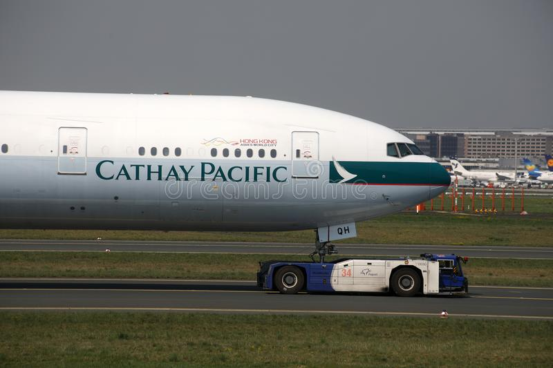 Avions de Cathay Pacific arrivant à l'aéroport de Francfort, FRA photos stock