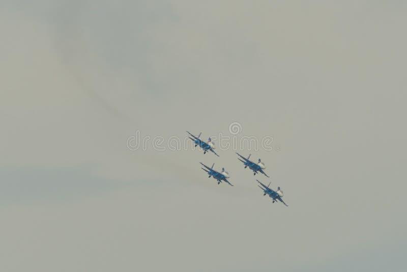 Avions de chasse de Su-30SM volant dans le ciel photographie stock