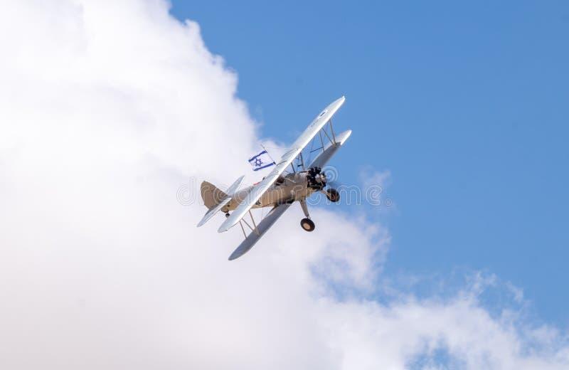 Avions de cru avec le vol israélien de drapeau en ciel bleu au Jour de la Déclaration d'Indépendance photographie stock