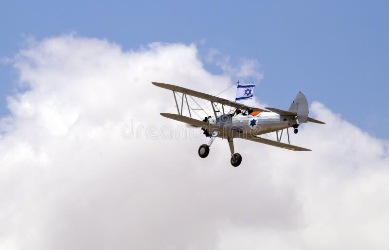 Avions de cru avec le vol israélien de drapeau en ciel bleu au Jour de la Déclaration d'Indépendance photos stock