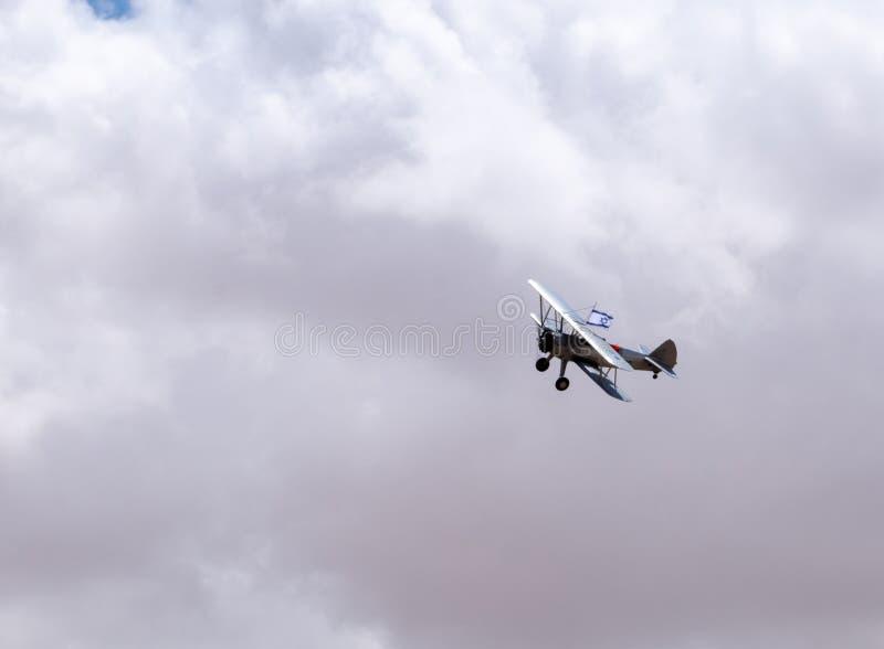 Avions de cru avec le vol israélien de drapeau en ciel bleu au Jour de la Déclaration d'Indépendance image stock