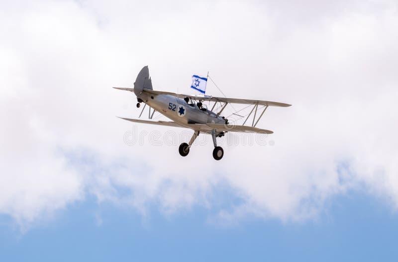 Avions de cru avec le vol israélien de drapeau en ciel bleu au Jour de la Déclaration d'Indépendance photo stock