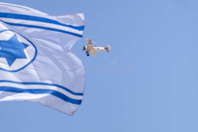 Avions de cru avec le vol israélien de drapeau en ciel bleu au Jour de la Déclaration d'Indépendance image libre de droits