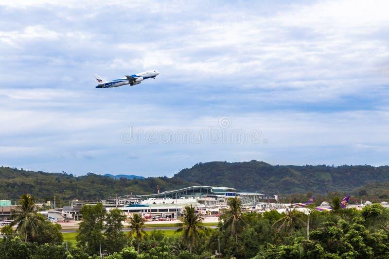 Avions de ` de Bangkok Airways décollant de l'International A de Phuket images stock