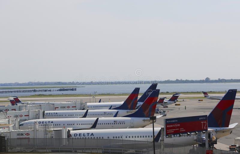Avions de Delta Airlines aux portes sur le terminal 4 chez John F Kennedy International Airport à New York photographie stock libre de droits