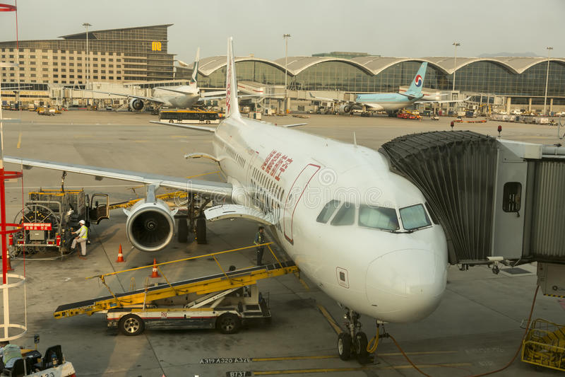 Avions de dragon de cathay à l'aéroport international de Hong Kong photos stock