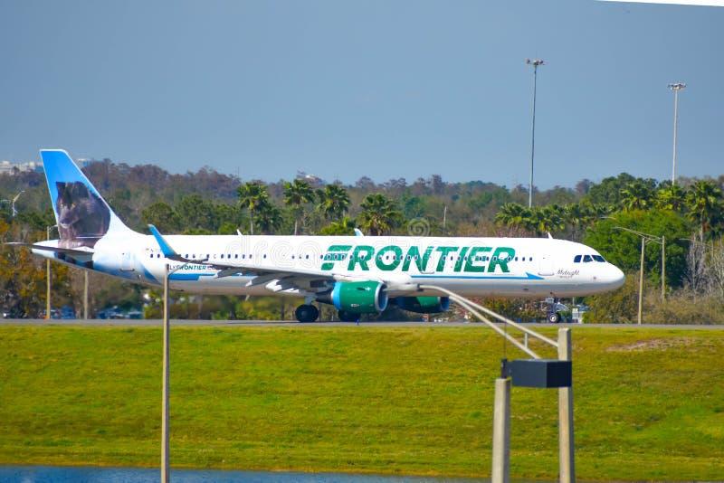 Avions de frontière sur la piste se préparant au départ à Orlando International Airport MCO 3 image libre de droits