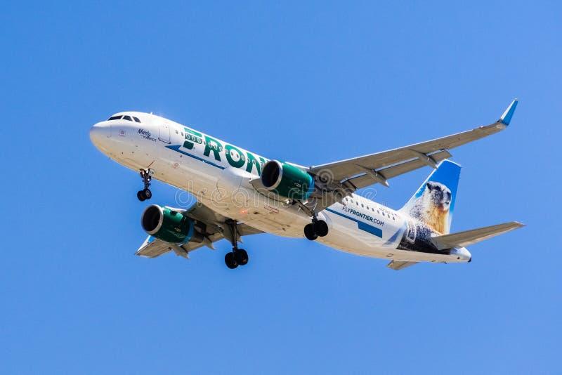 Avions de Frontier Airlines de vol image libre de droits