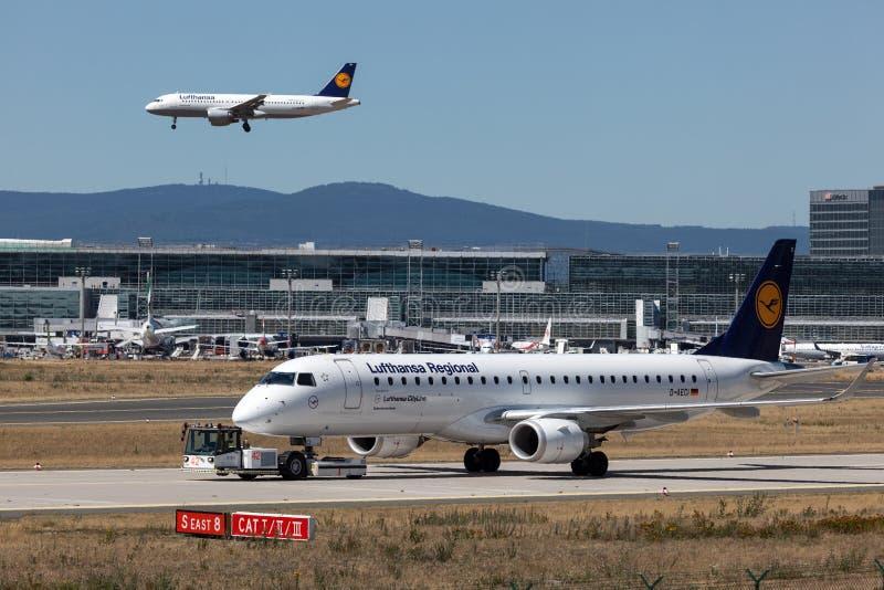 Avions de Lufthansa à l'aéroport de Francfort photographie stock libre de droits