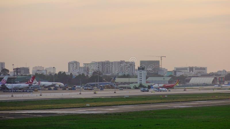 Avions de passager s'accouplant à l'aéroport images stock