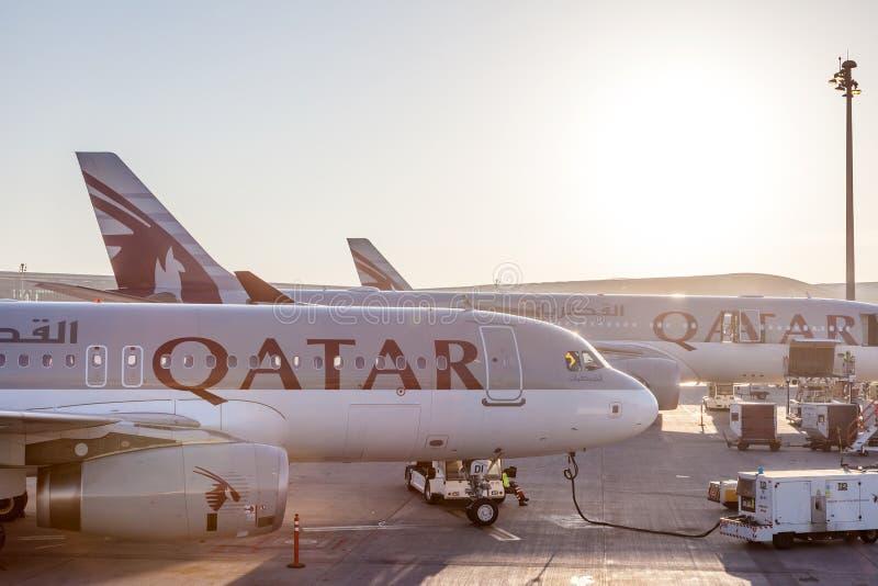 Avions de Qatar Airways à l'aéroport international du Qatar photos stock