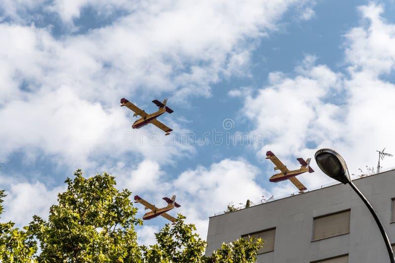 Avions de sapeur-pompier dans le défilé espagnol de jour national photos stock