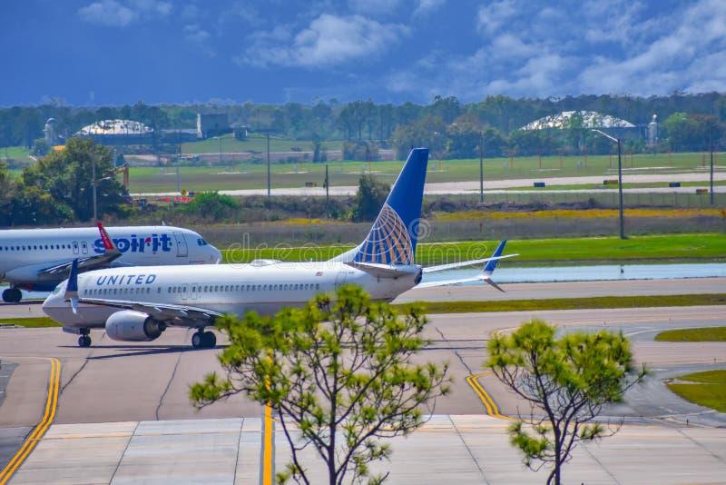 Avions de Spirit Airlines et d'United Airlines sur la piste se préparant au départ à Orlando International Airport MCO 3 photo libre de droits