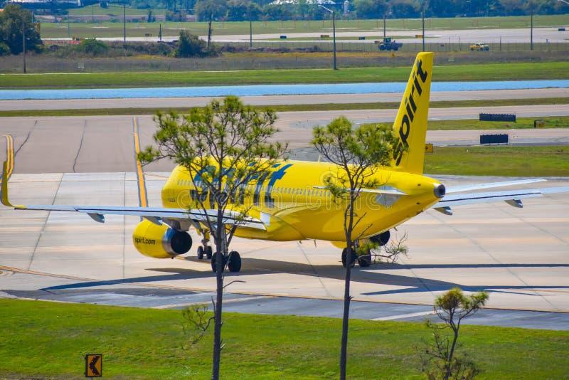 Avions de Spirit Airlines sur la piste se préparant au départ à Orlando International Airport MCO image stock