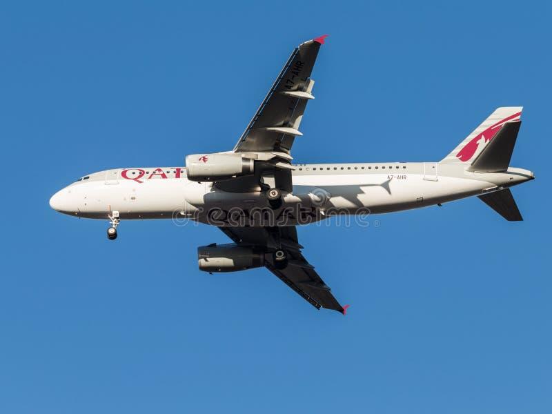 Avions de transport de passagers d'Airbus A320, la ligne aérienne Qatar Airways photographie stock