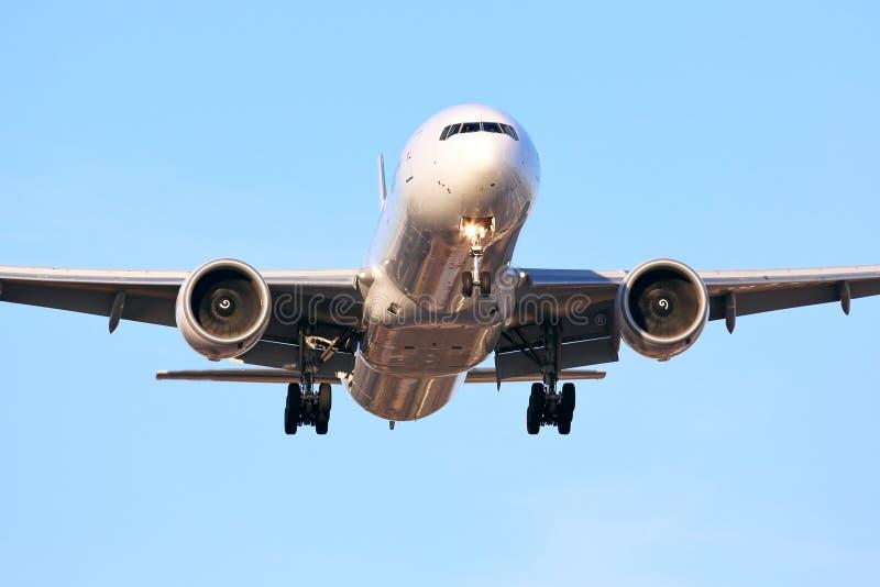 Avions de transport de passagers commerciaux un jour ensoleillé images libres de droits