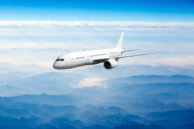Avions de transport de passagers en vol Vue de côté photo stock
