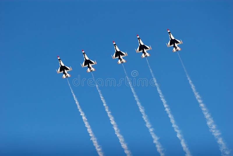 Avions du thunderbird F-16 à l'airshow photographie stock libre de droits