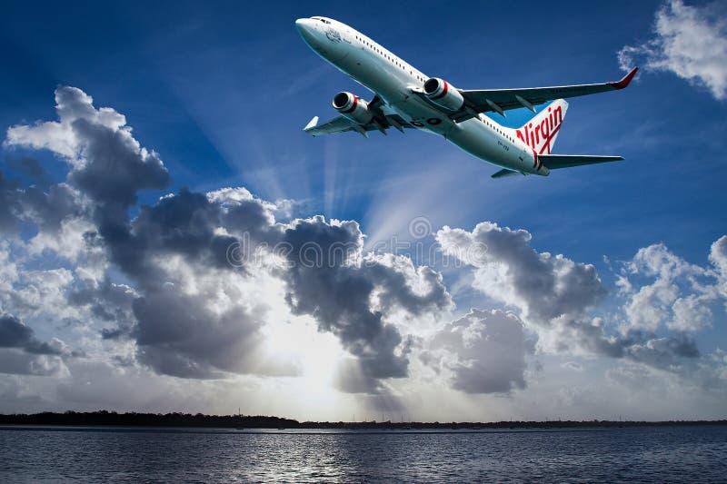 Avions en vol avec le cumulonimbus en ciel bleu Australi photos stock