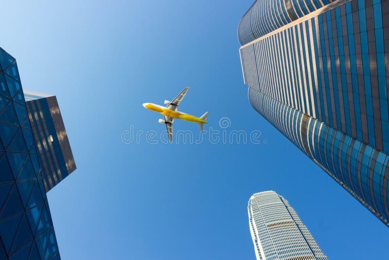 Avions et district des affaires de gratte-ciel photos stock