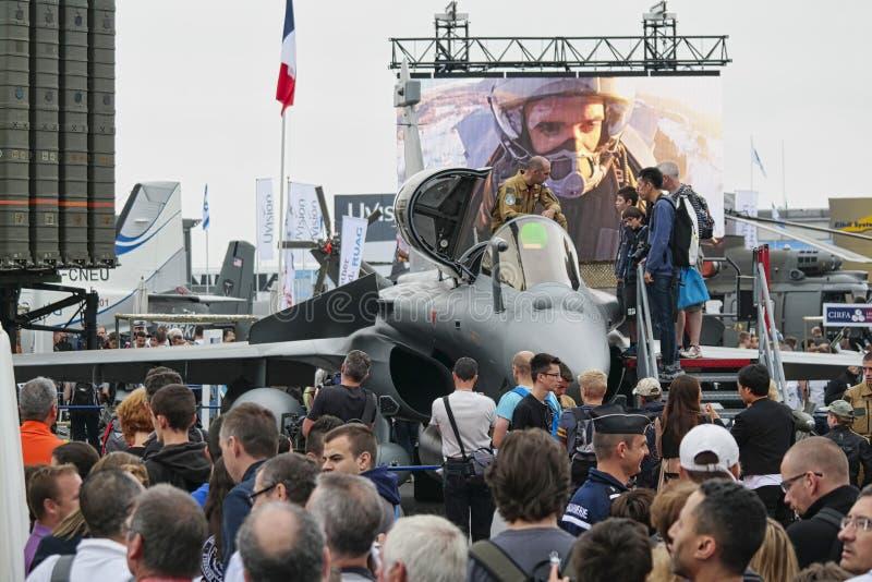 Avions garés à rencontrer l'espace à Paris Le Bourget pendant l'aéronautique et l'airshow et l'aviation internationaux spatiaux photographie stock