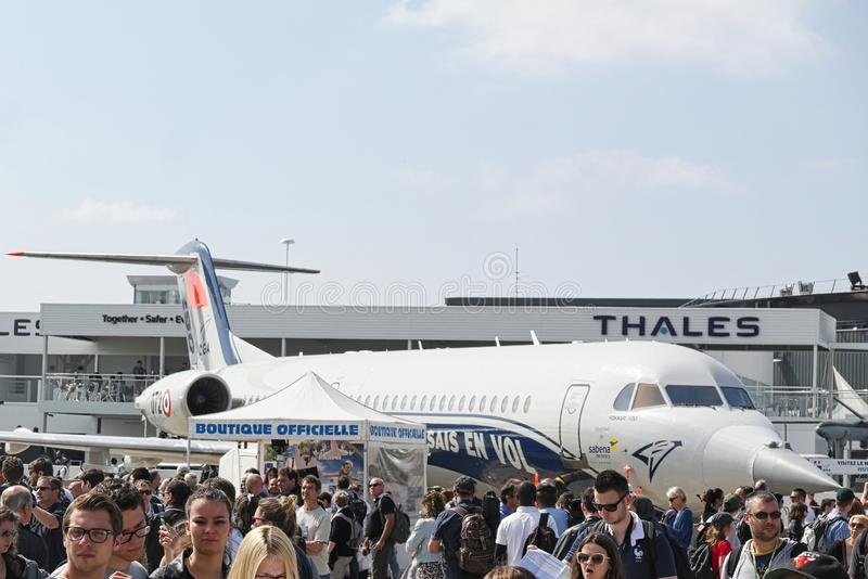 Avions garés à rencontrer l'espace à Paris Le Bourget pendant l'aéronautique et l'airshow et l'aviation internationaux spatiaux images libres de droits