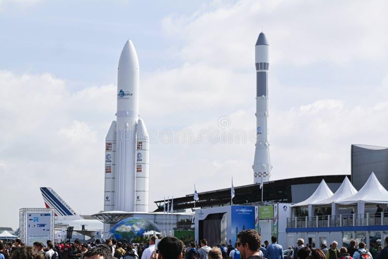 Avions garés à rencontrer l'espace à Paris Le Bourget pendant l'aéronautique et l'airshow et l'aviation internationaux spatiaux image stock