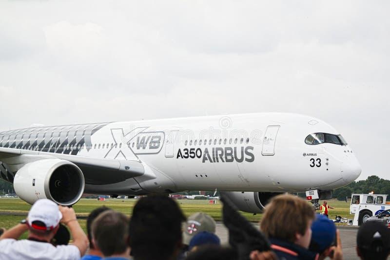 Avions garés à rencontrer l'espace à Paris Le Bourget pendant l'aéronautique et l'airshow et l'aviation internationaux spatiaux photographie stock libre de droits