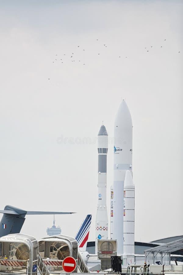 Avions garés à rencontrer l'espace à Paris Le Bourget pendant l'aéronautique et l'airshow et l'aviation internationaux spatiaux photo stock