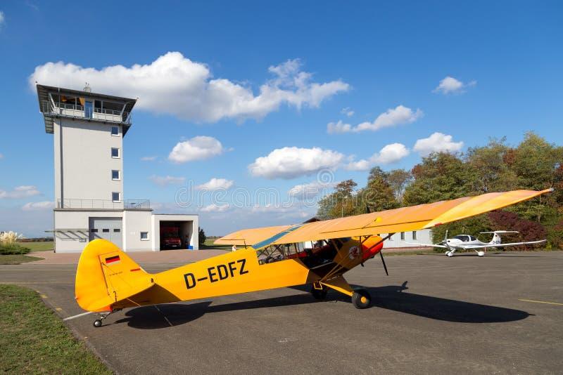 Avions jaunes classiques de Piper Cub photographie stock libre de droits