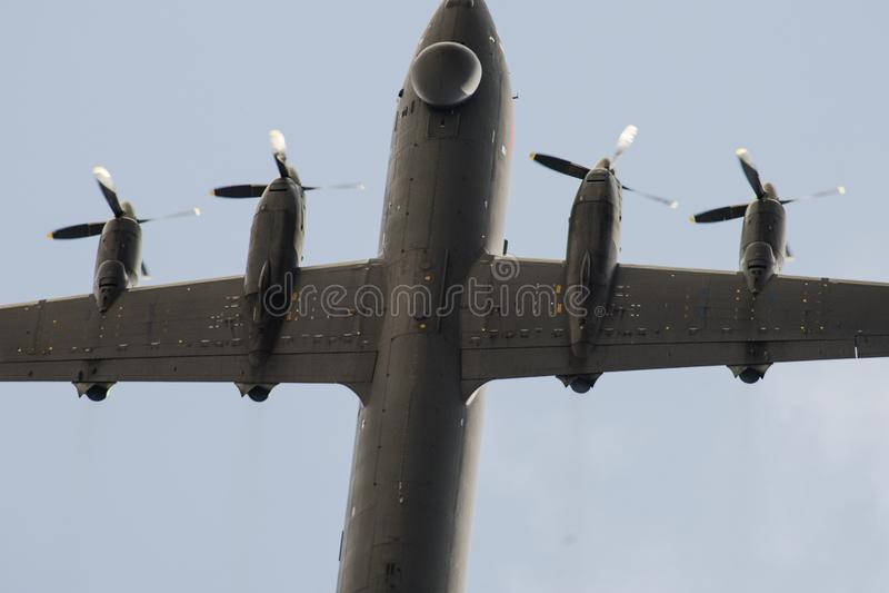 Avions militaires quatre moteurs dans la fin de ciel images libres de droits