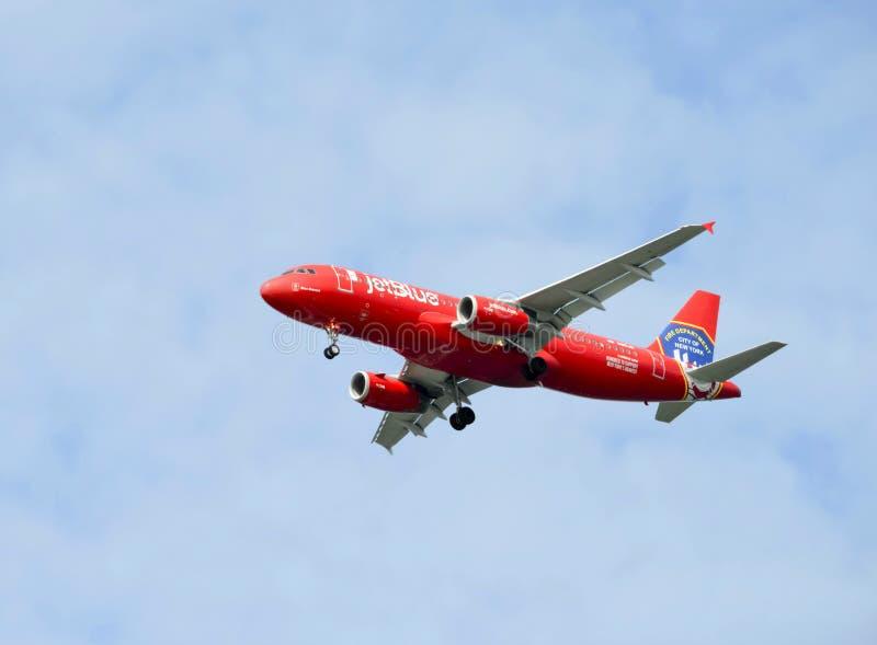 Avions rouges les plus courageux bleus de JetBlue Airbus A320 honorant le corps de sapeurs-pompiers de FDNY New York City image libre de droits