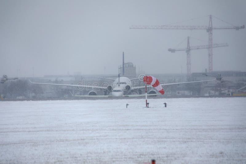 Avions se déplaçant l'aéroport de Munich, horaire d'hiver avec la neige photos libres de droits