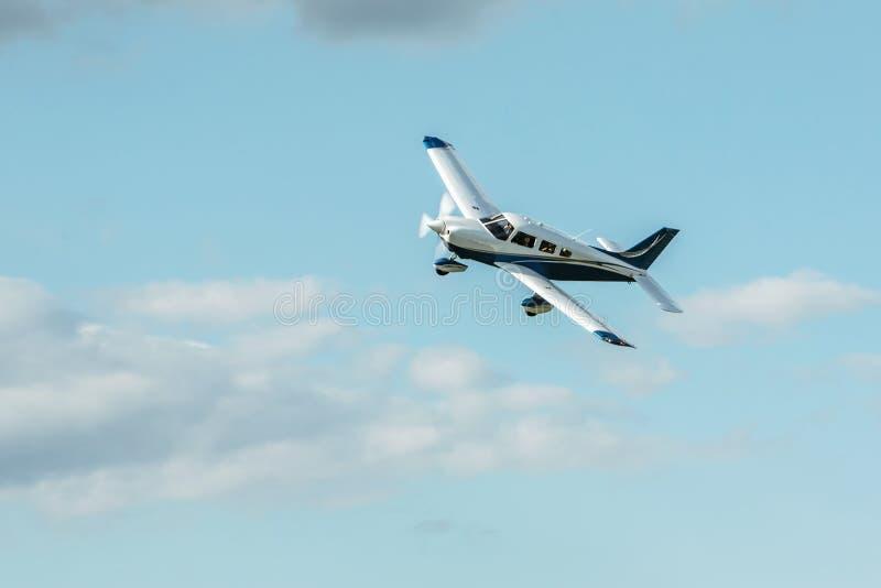 Avions simples d'atterrissage d'avions de turbopropulseur images libres de droits