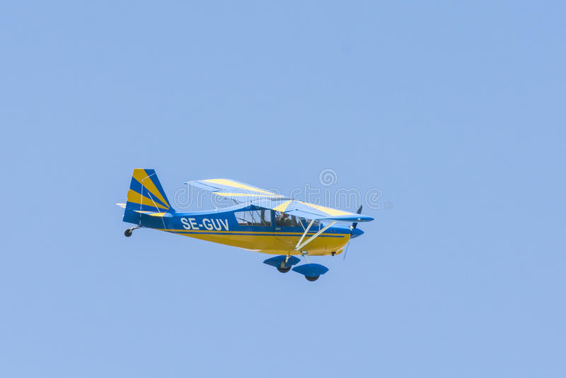 Avions superbes de décathlon de Bellanca 8KCAB-180 en vol photos stock